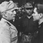 Mussolini e un giovane milite della Gnr