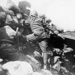 Un soldato italiano lancia una granata, 1917